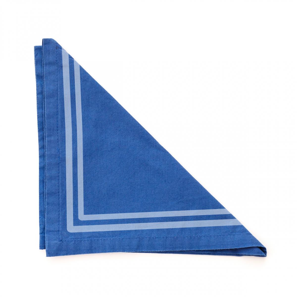 Imagen en la que se ve una servilleta de tela de color azul