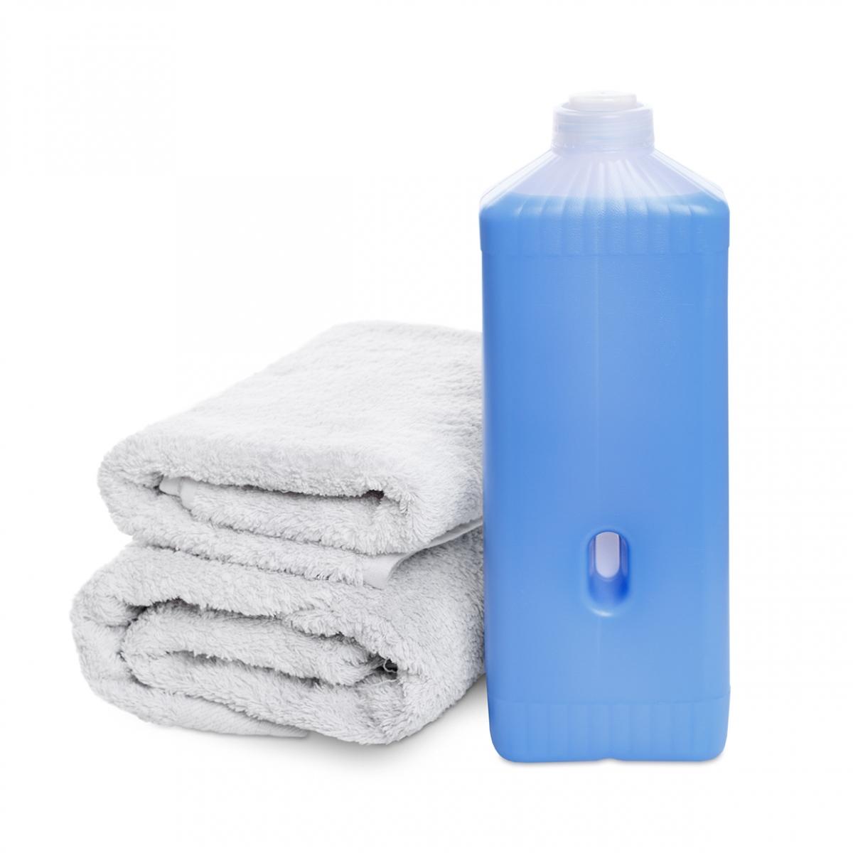 Imagen en la que se ve un bote de suavizante y unas toallas