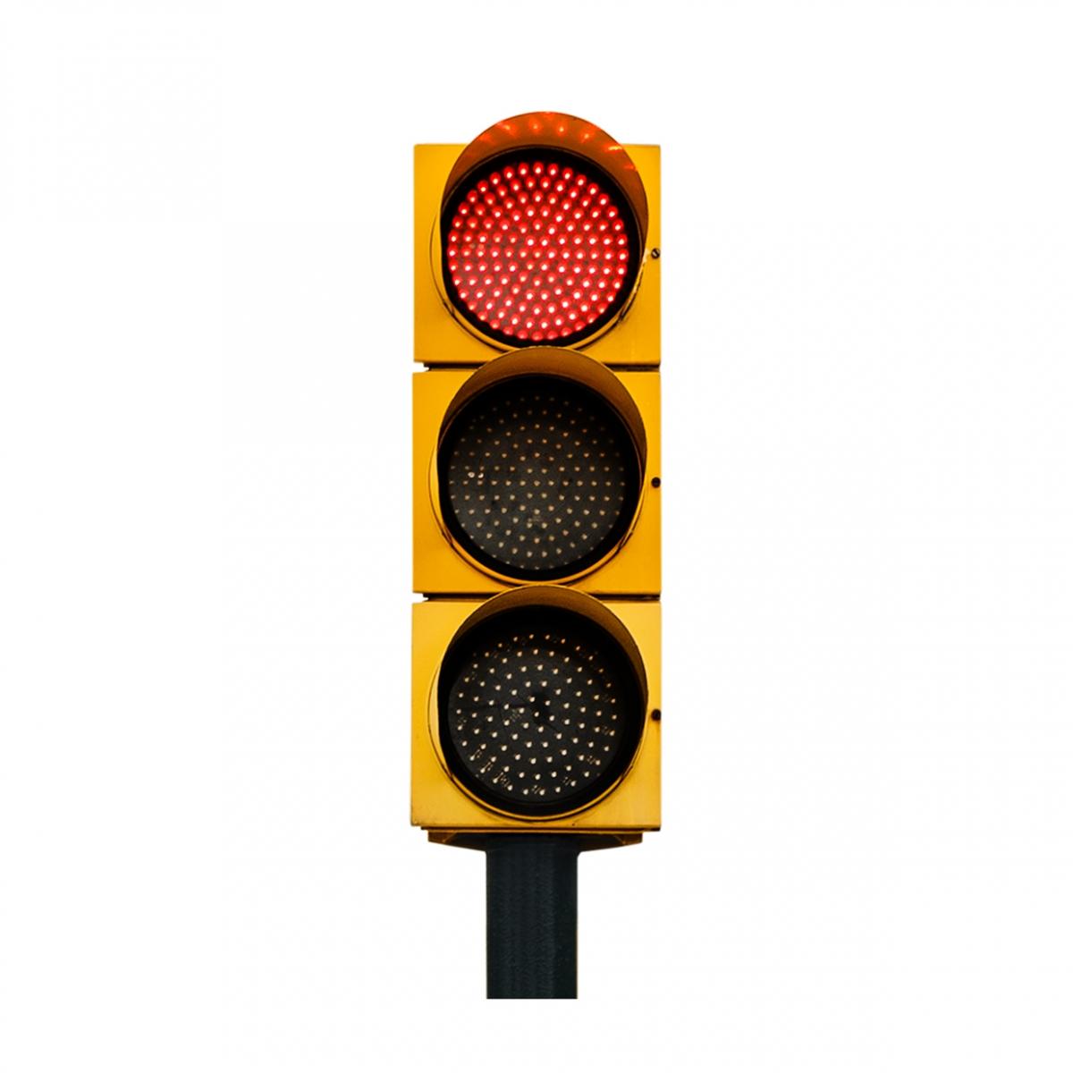 Imagen en la que se ve un semáforo con la luz roja iluminada