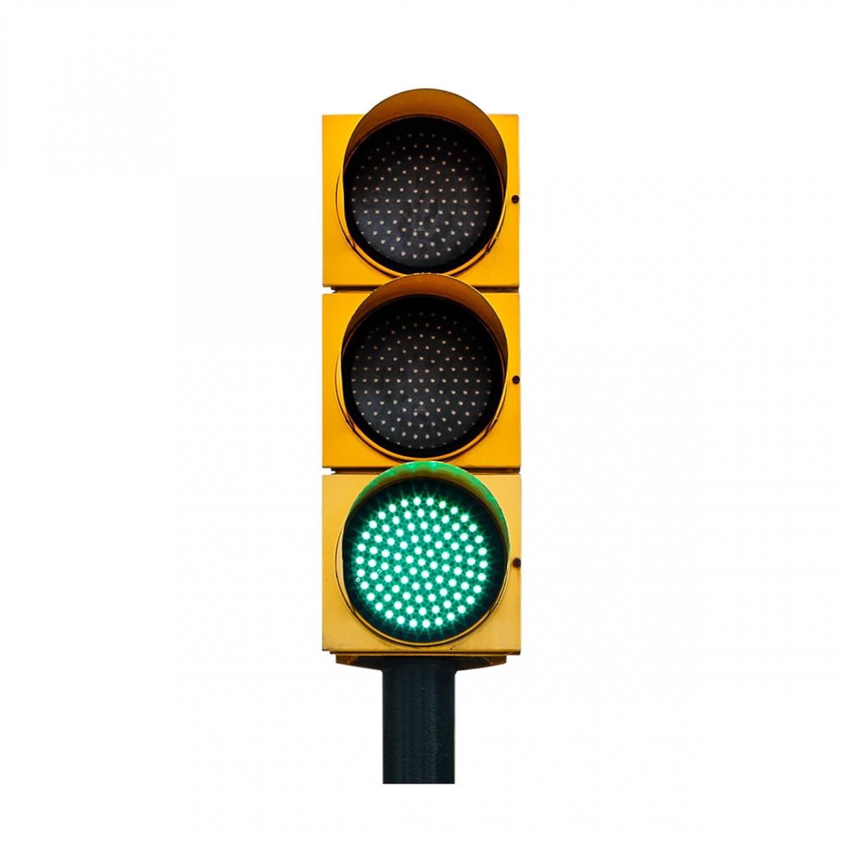 Imagen en la que se ve un semáforo con la luz verde iluminada