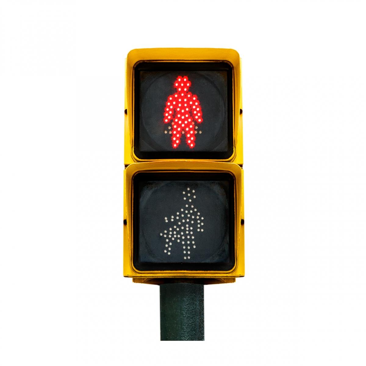 Imagen en la que se ve un semáforo de peatones con la luz roja iluminada