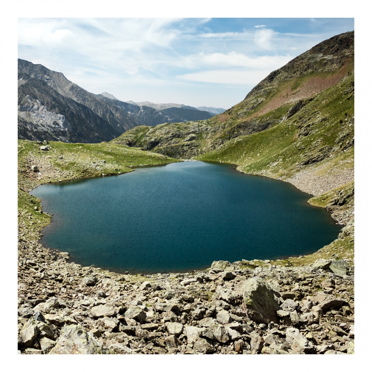 Imagen en la que se ve un lago