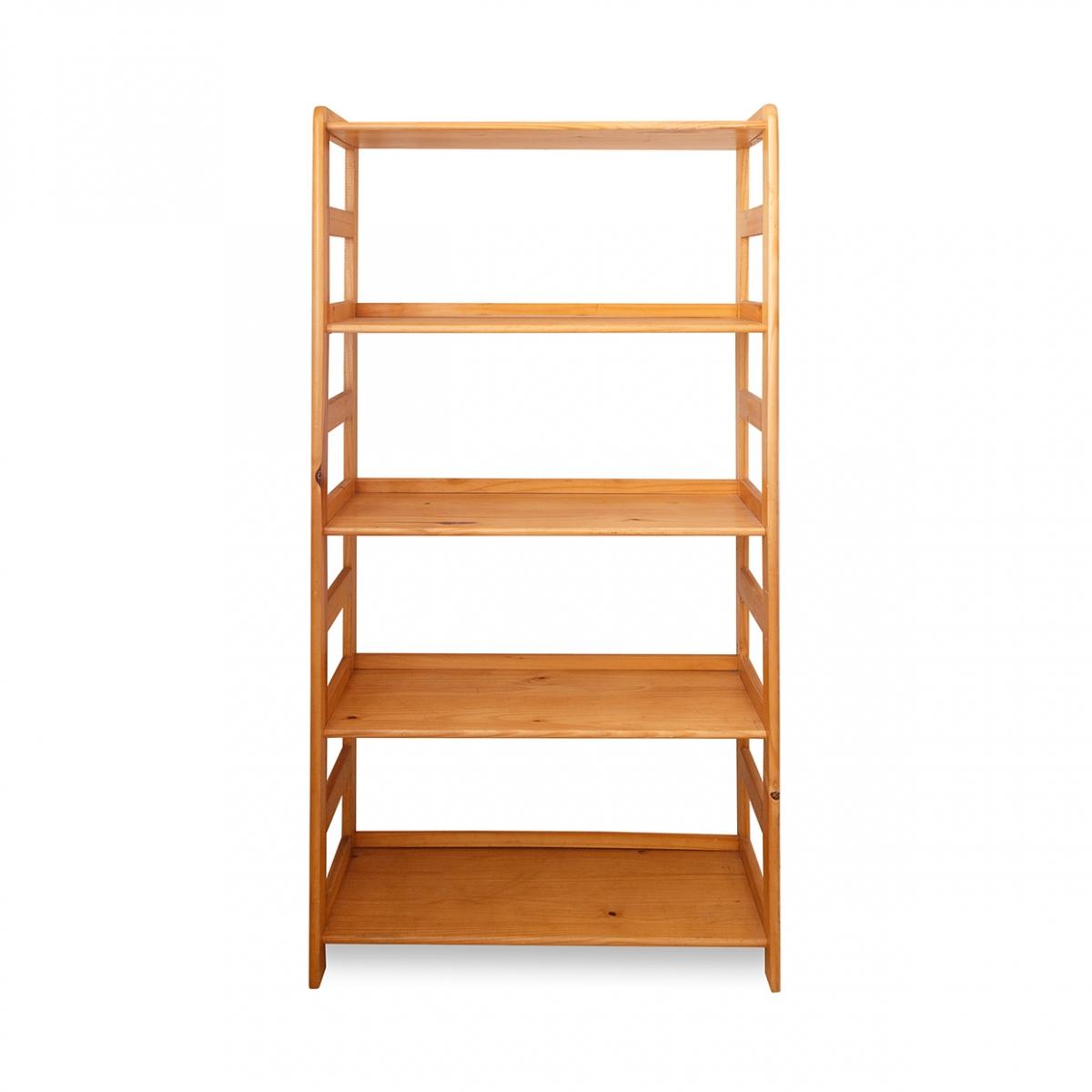 Imagen en la que se ve una estantería de madera con baldas
