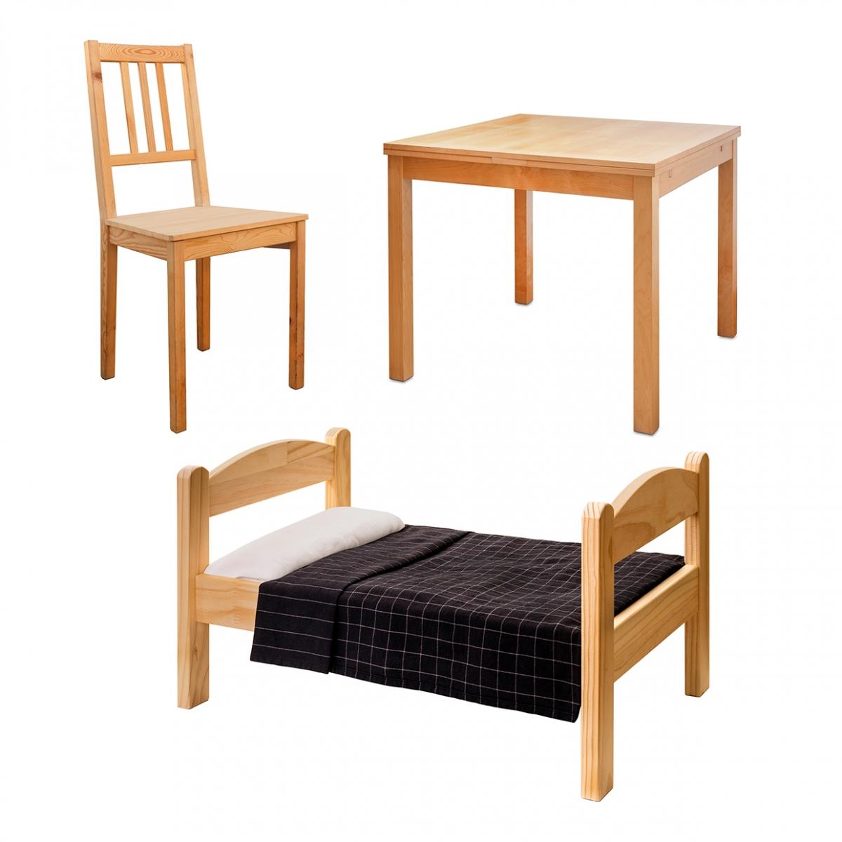 Imagen en la que se ven tres muebles: una cama, una mesa y una silla