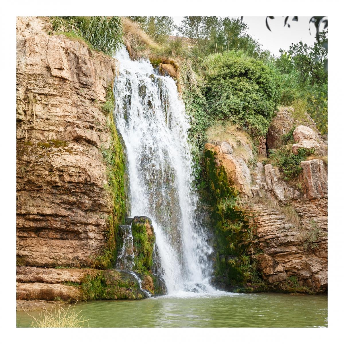 Imagen en la que se ve una cascada