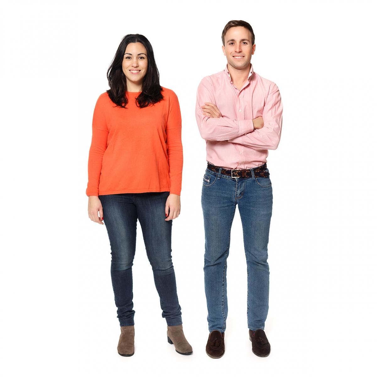 Imagen en la que se ve a un hombre y una mujer adultos de cuerpo entero