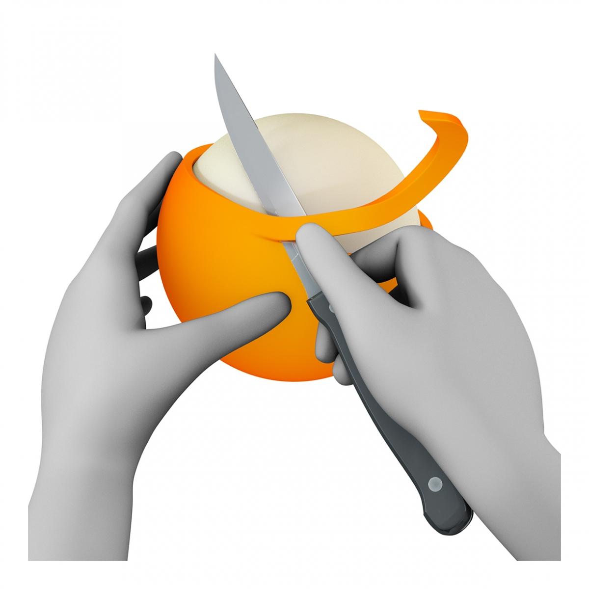 Imagen en la que se ven unas manos pelando algo con cuchillo