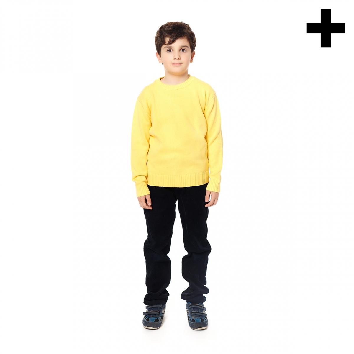 Imagen en la que se ve un niño de cuerpo entero