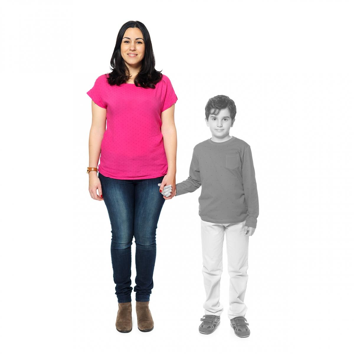 Imagen en la que se ve una madre de la mano de su hijo
