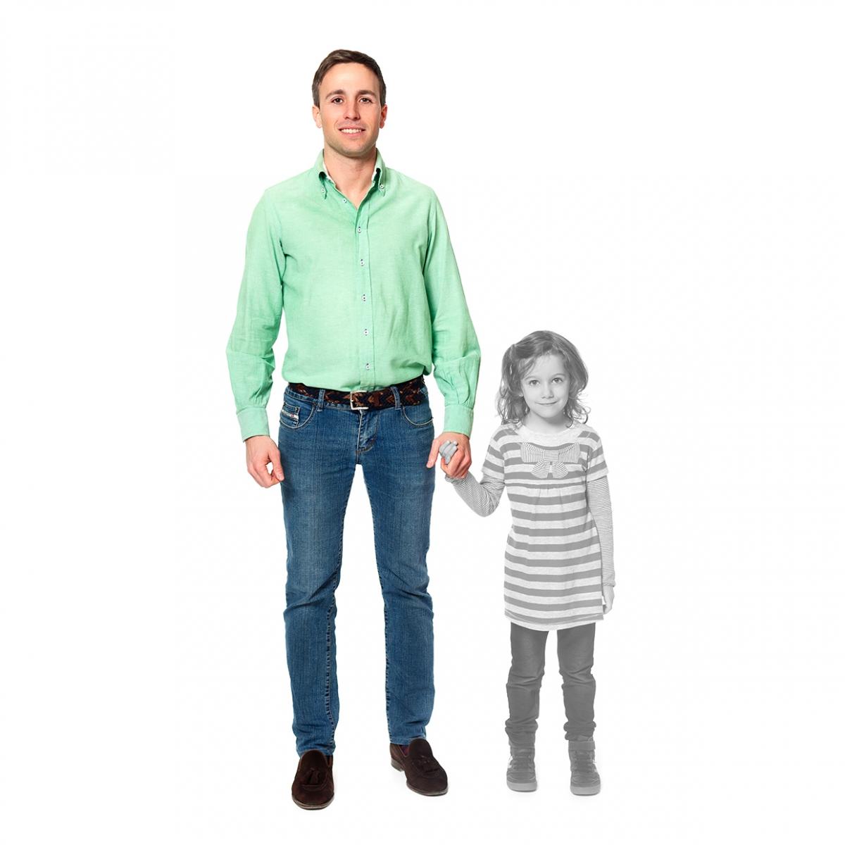 Imagen en la que se ve un padre de la mano de su hija