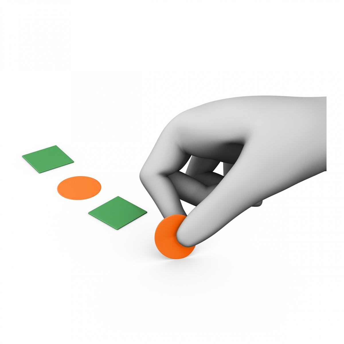Imagen en la que se ve una mano poniendo gomets