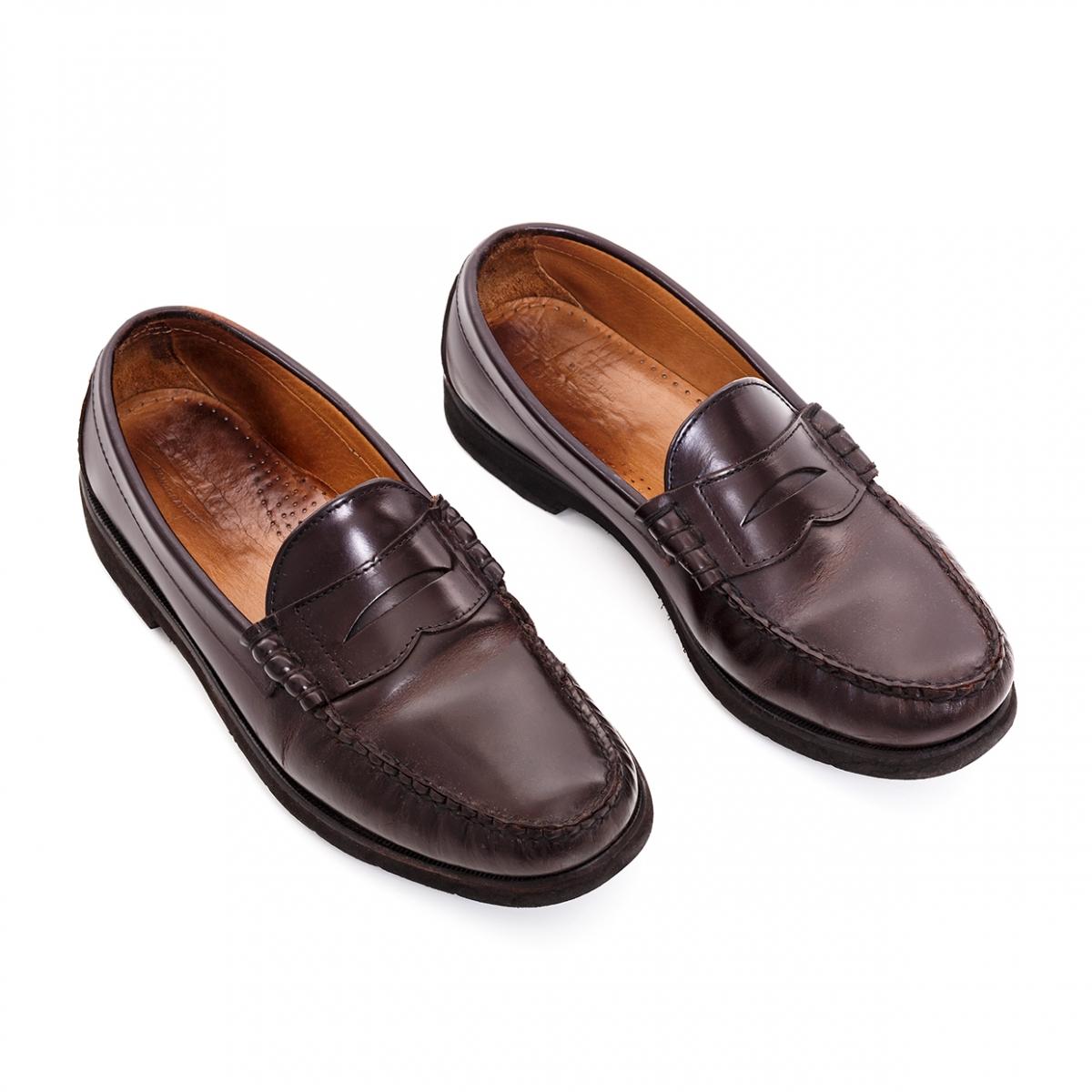 Imagen en la que se ve un par de zapatos de hombre