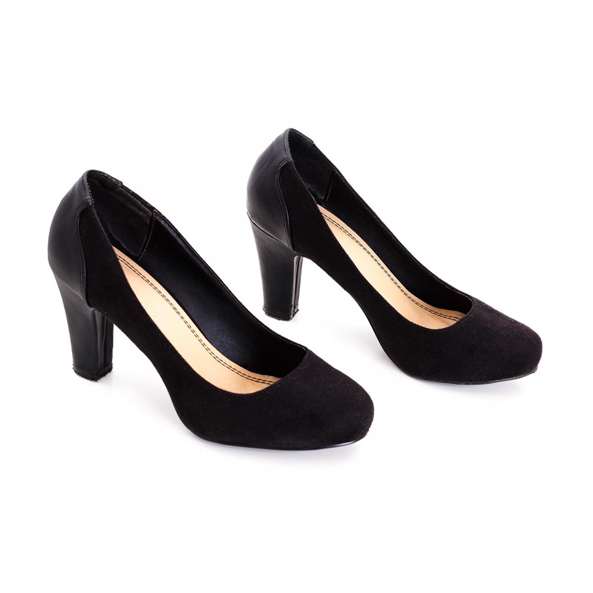 Imagen en la que se ve un par de zapatos de tacón