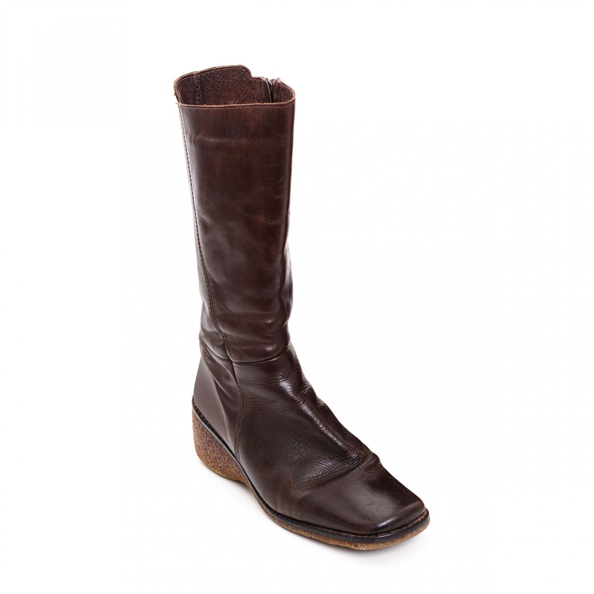 Imagen en la que se ve una única bota de piel de mujer
