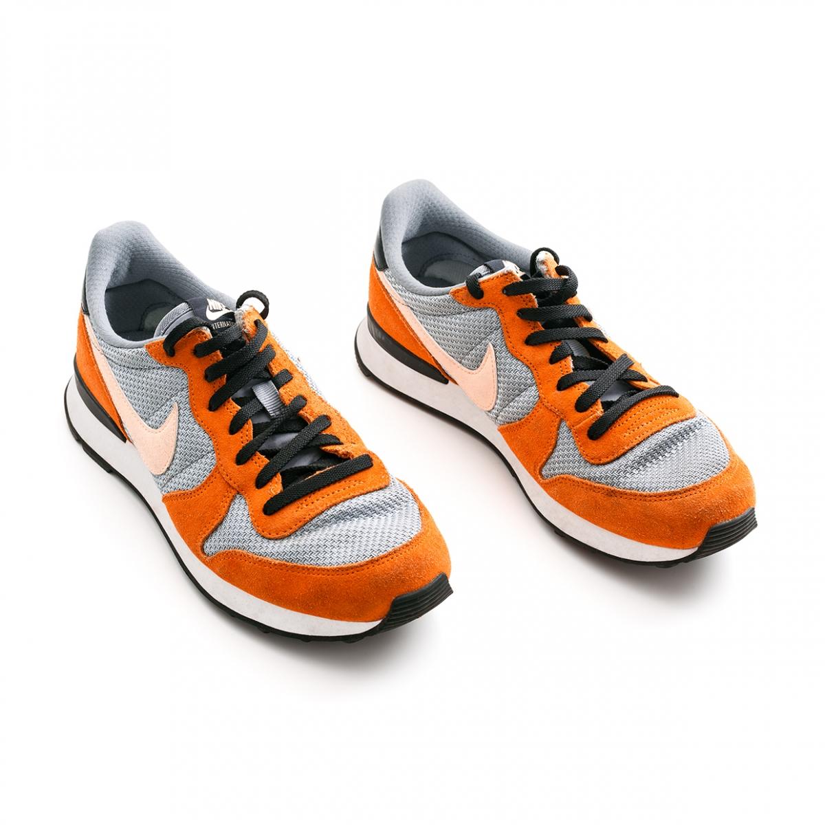 Imagen en la que se ve el plural del concepto zapatilla de deporte