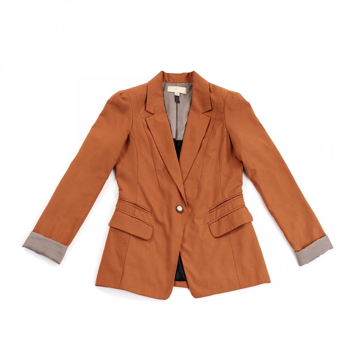 Imagen en la que se ve una chaqueta americana de mujer