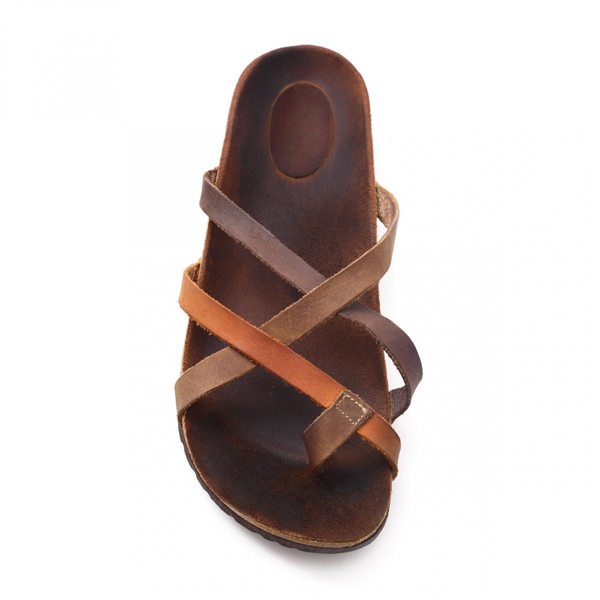 Imagen en la que se ve una sandalia
