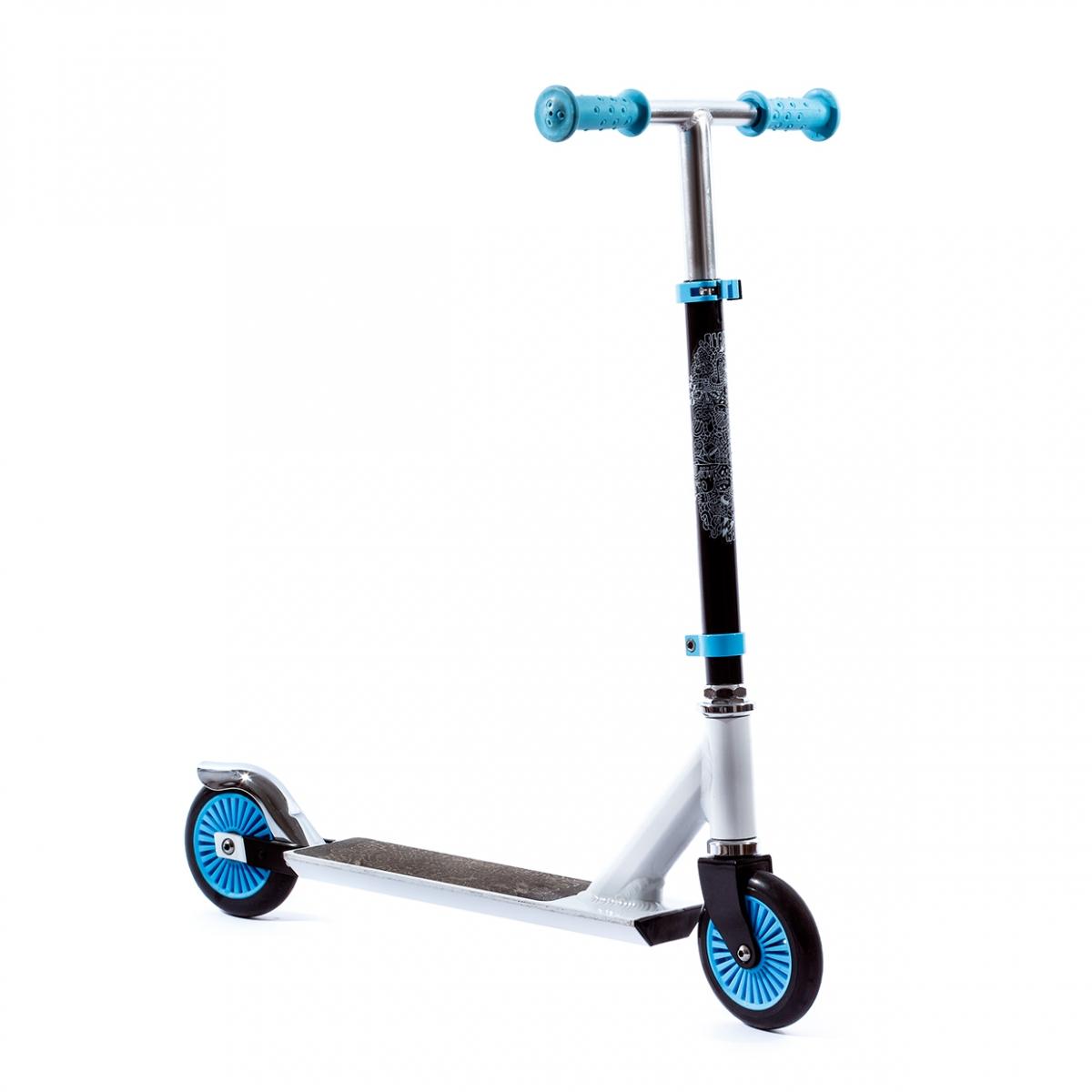 Imagen en la que se un patinete de dos ruedas con manillar