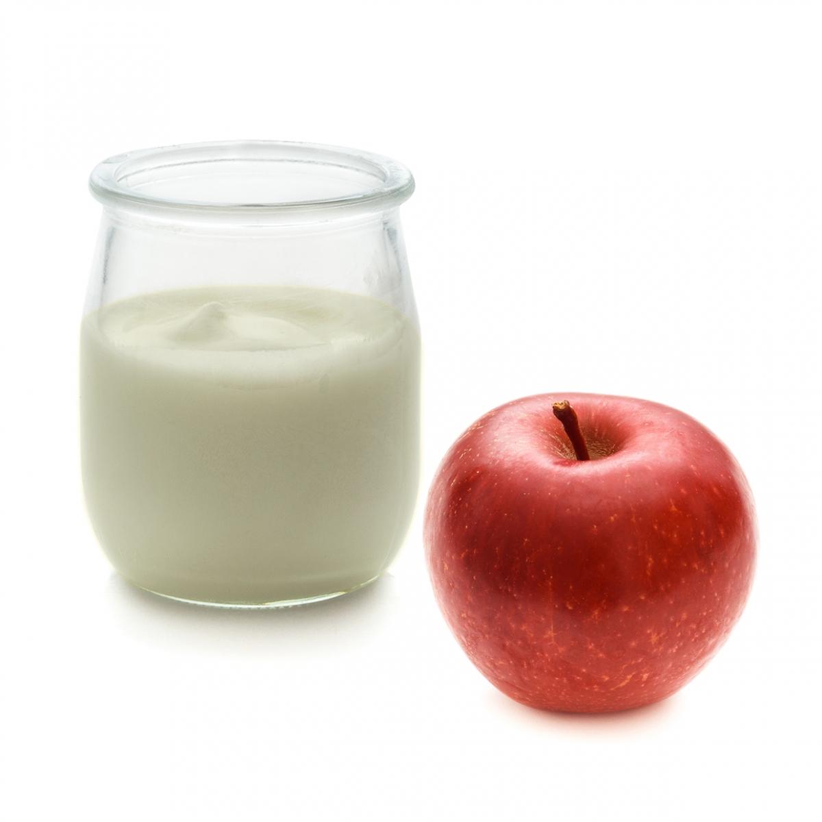 Imagen en la que se ve un yogur de manzana