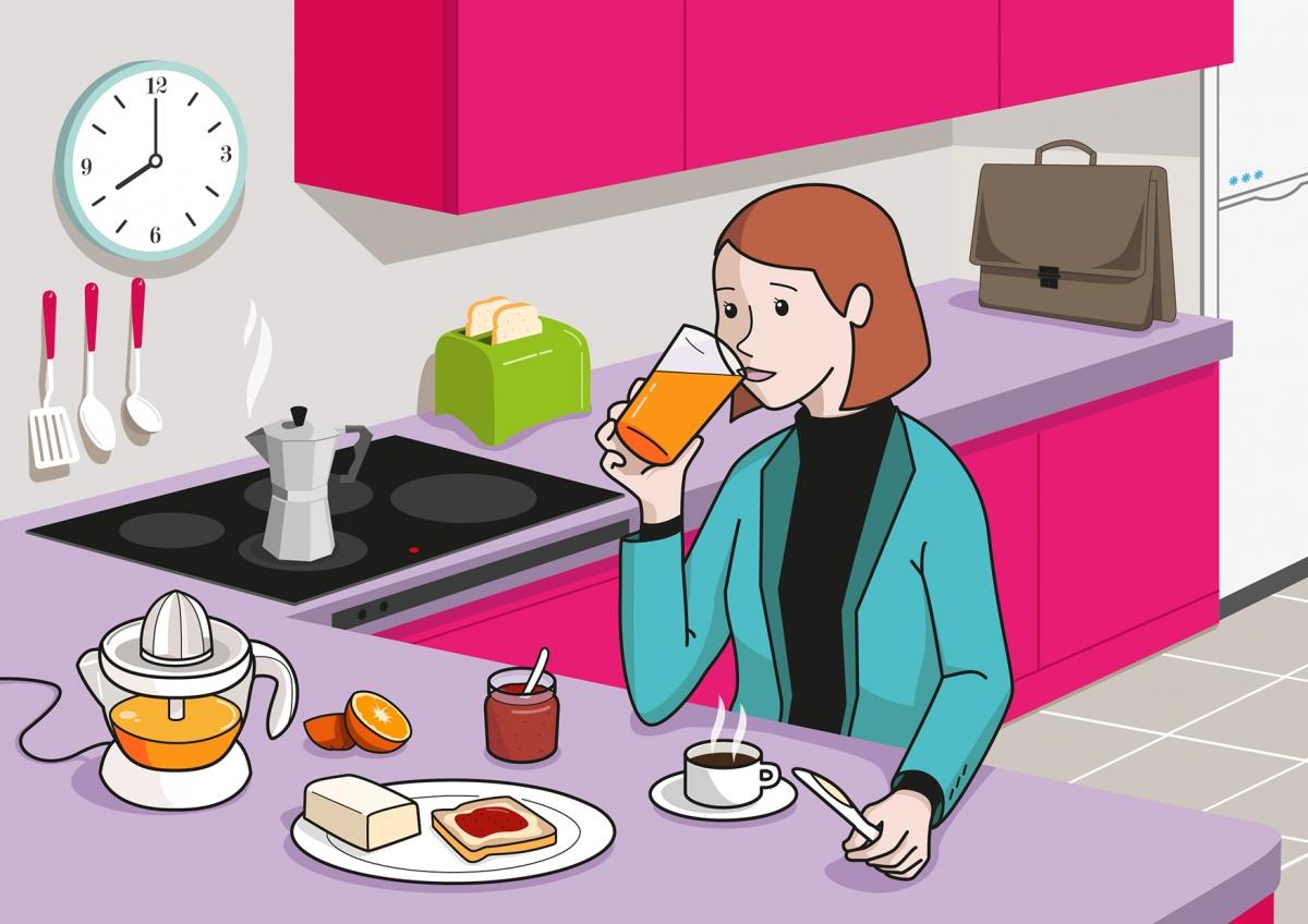 En la escena, se observa a una madre que está bebiendo un zumo de naranja en la cocina de la casa. Se puede ver también distintos alimentos, utensilios y electrodomésticos relacionados con la hora del desayuno.