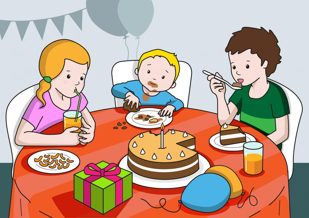 En la escena, se observa a varios niños celebrando un cumpleaños en el comedor de su casa. La niña bebe un zumo de naranja y el niño come tarta de chocolate. El bebé coge con las manos un trozo de tarta y se la come. En la escena, se observan alimentos y utensilios relacionados con la comida.