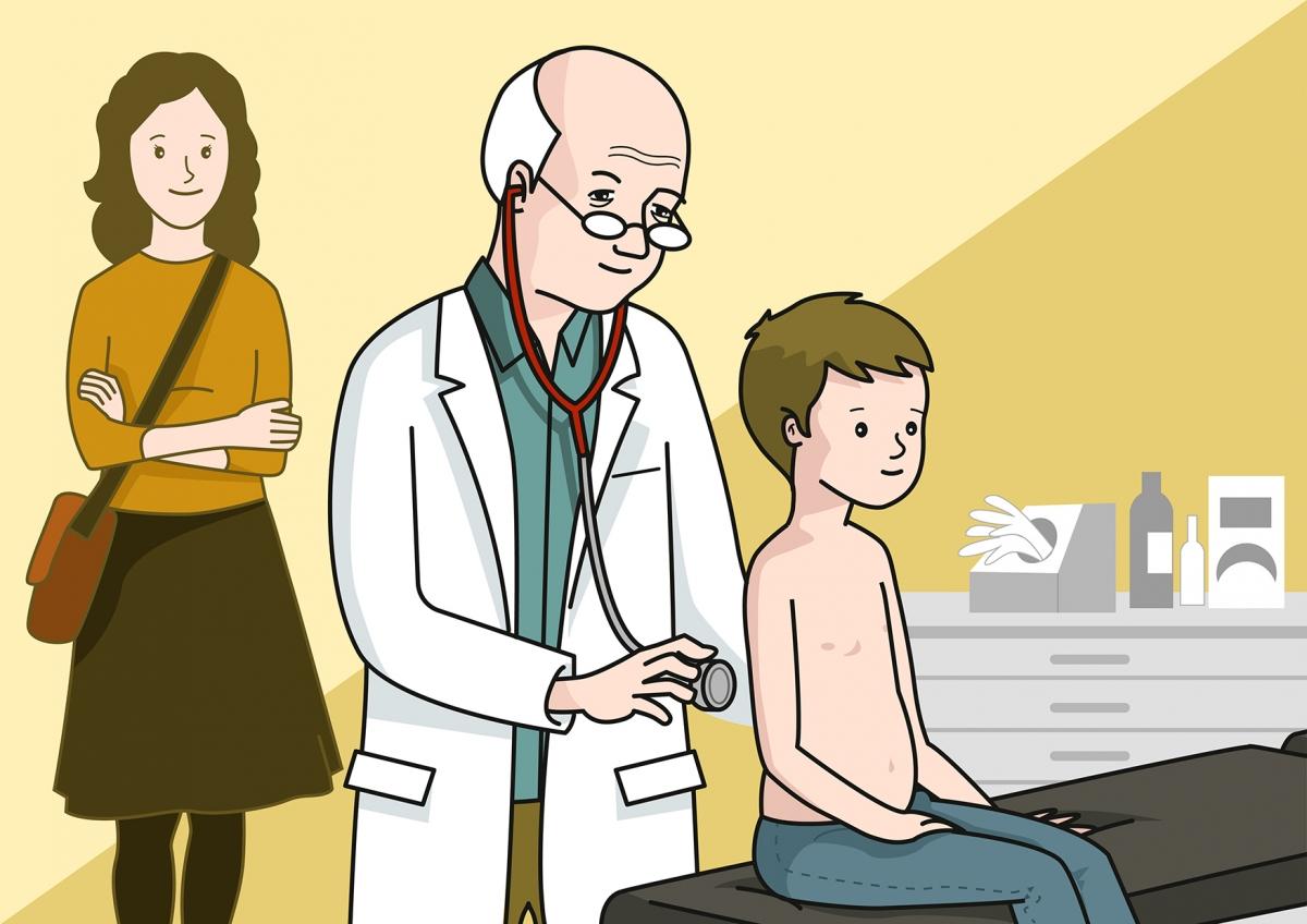 El médico ausculta al niño con un fonendoscopio