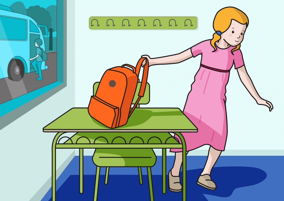 En la escena, se observa a una niña cogiendo la mochila que está situada encima de una mesa de su clase. En la ventana, se observa los niños que están ya subiendo al autobús para ir de excursión.