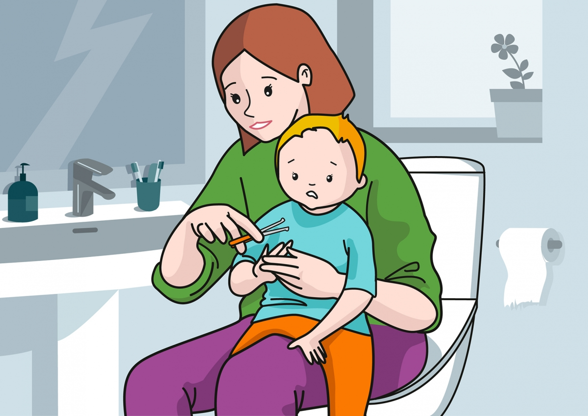 Mamá corta las uñas al bebé