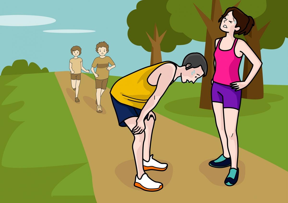 Escena en la que se ve al papá y la mamá cansados después de hacer deporte
