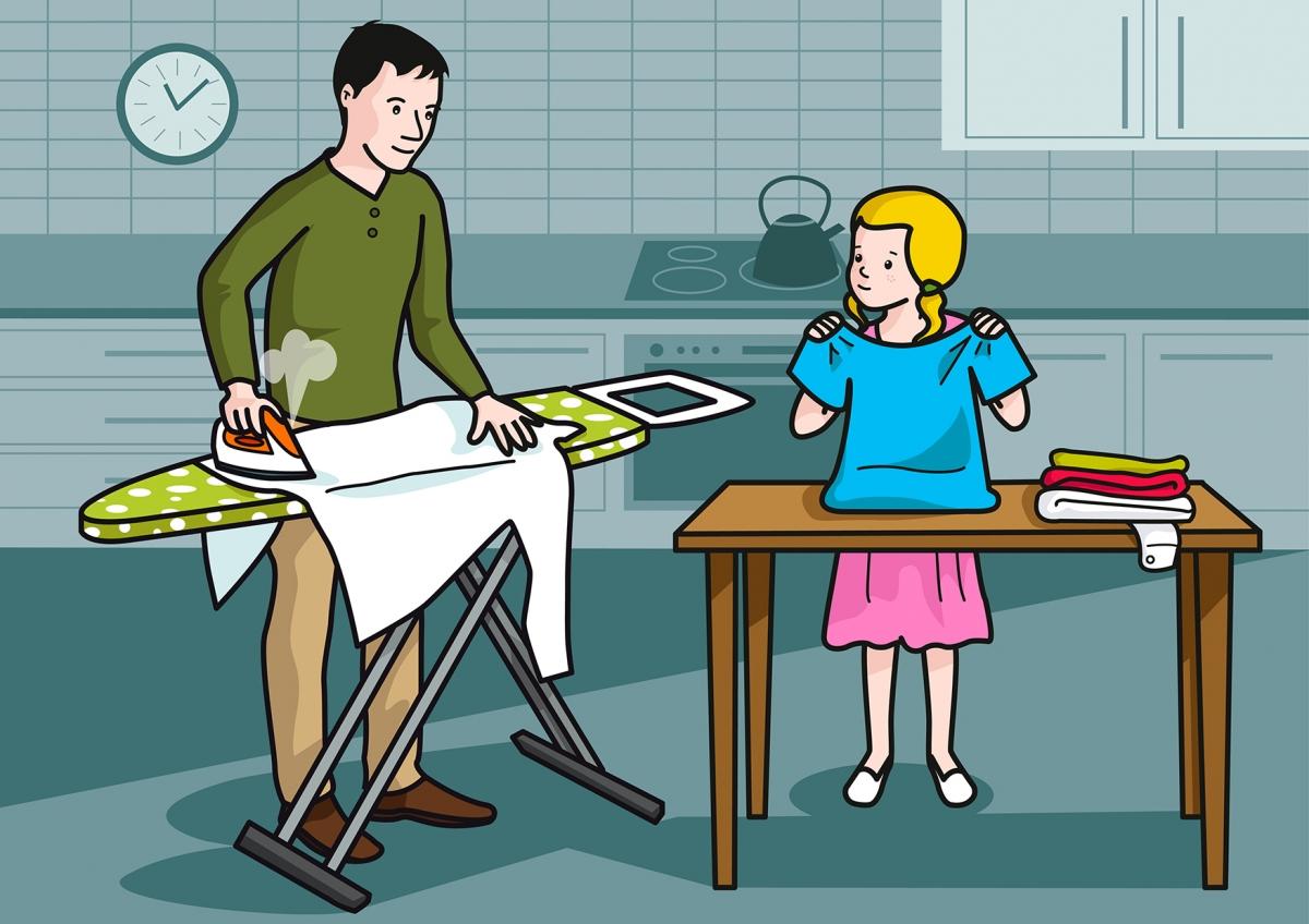 Escena en la que se ve a un papá planchando y a una niña doblando la ropa
