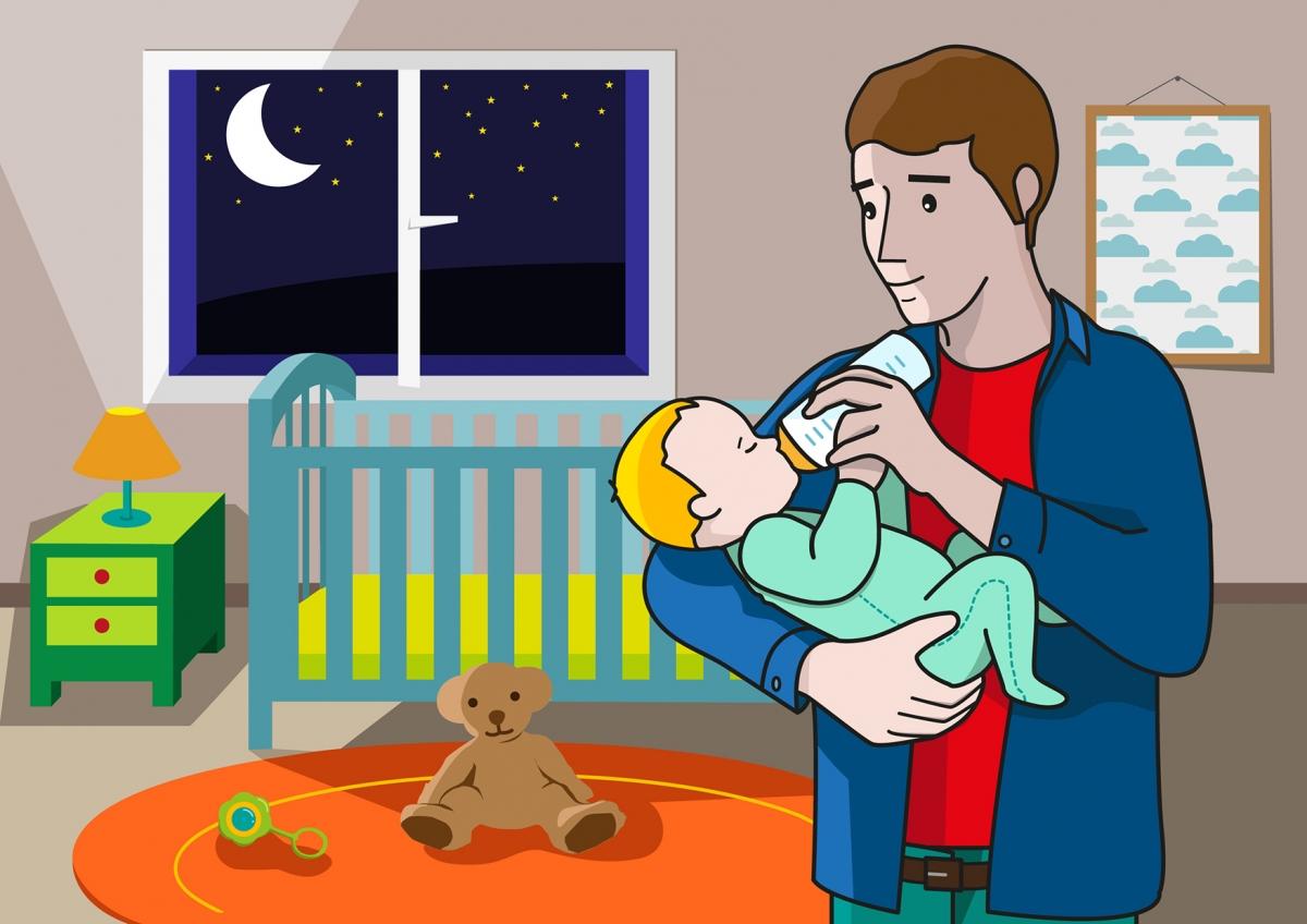 En la escena, se observa a un bebé bebiendo leche del biberón que le ofrece su padre. La escena se produce por la noche en la habitación del bebé.
