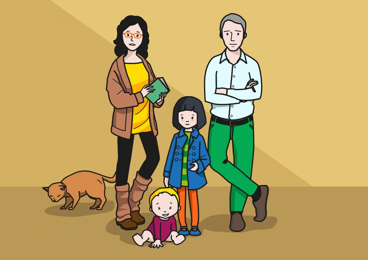 En la imagen, se observa a una familia compuesta por el padre, la madre, una niña y un bebé.  Al fondo, se observa un gato, que es una de las mascotas de la familia.