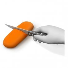 Imagen en la que se ve una mano cortando un alimento con un cuchillo