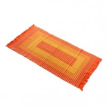Imagen en la que se ve una alfombra naranja en perspectiva diagonal