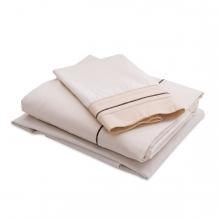 Imagen en la que se ve un juego de sábanas dobladas