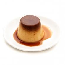 Imagen en la que se ve un flan de huevo sobre un plato blanco