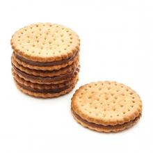 Imagen en la que se ve un montón de galletas de chocolate apiladas y una galleta suelta a su derecha