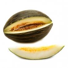 Imagen en la que se ve un melón abierto y una rodaja delante de él