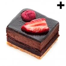 Imagen en la que se ve un pastel de chocolate rematado por dos trozos de fresa