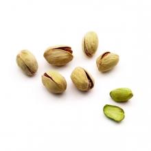 Imagen en la que se ven pistachos pelados y sin pelar