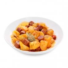 Imagen en la que se ve un plato de patatas con chorizo