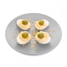 Imagen en la que se ve un plato de huevos rellenos