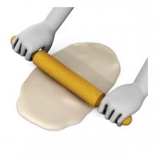 Imagen en la que se ven unas manos amasando una masa con rodillo