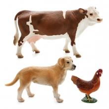 Imagen en la que se ven tres animales: una vaca, un perro y una gallina