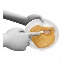 Imagen en la que se ve unas manos batiendo con tenedor