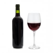 Imagen en la que se ve una botella y una copa con vino