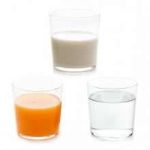 Imagen en la que se ven tres bebidas: un vaso de zumo, un vaso de agua y un vaso de leche
