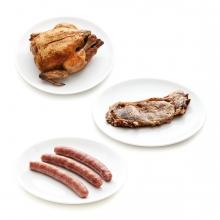 Imagen en la que se ven tres productos cárnicos: salchichas, pollo y un filete