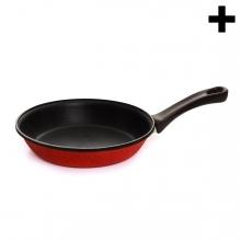 Imagen en la que se ve una sartén roja y mango negro
