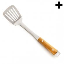 Imagen en la que se ve una rasera de cocina de metal plateada con mango de madera